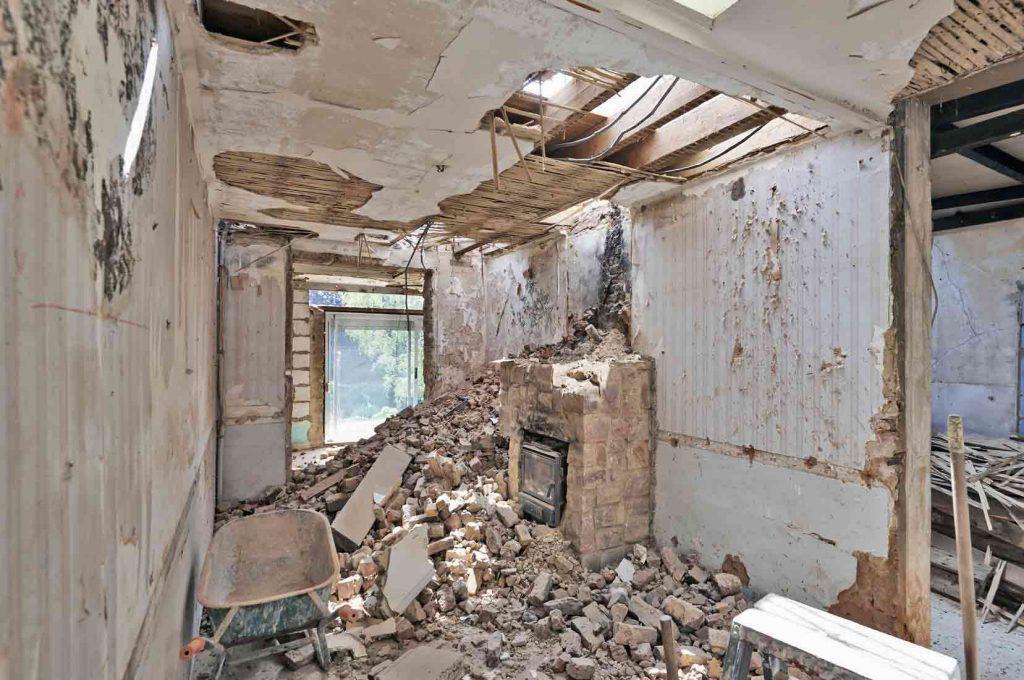 Démolition avant rénovation de salle de bain